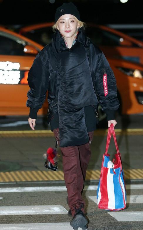Thời trang sân bay khó hiểu của Dara.