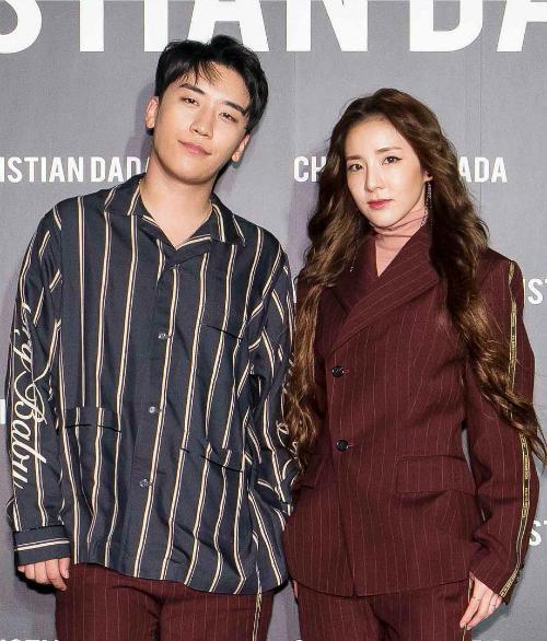 Phong cách trang điểm và làm tóc cũng khiến cựu thành viên 2NE1 đánh mất vẻ tươi trẻ thường thấy.