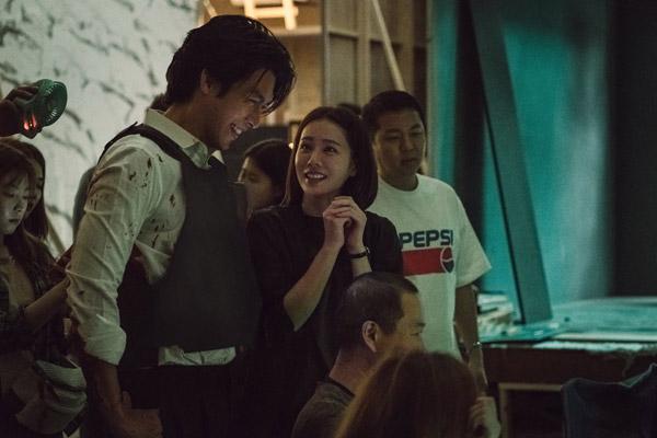 Hai diễn viên hợp tác rất vui vẻ trên phim trường