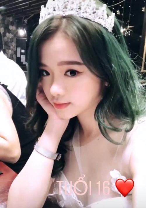 Để mừng sinh nhật tuổi 16, Linh Ka tân trang diện mạo bằng mái tóc màu xanh rêu. Trong buổi tiệc mừng, cô nàng còn đeo vương miện như công chúa. Kiểu tóc mới của Linh Ka được nhiều người nhận xét khá giống màu tóc nổi bật của Nancy (Momoland), tuy nhiên chưa thực sự phù hợp với lứa tuổi của hot girl Hà thành.