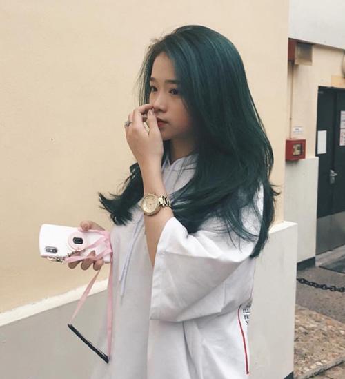 Màu tóc xanh lét này lần đầu tiên được Linh Ka thử nghiệm. Vốn yêu thích các màu nhuộm chất chơi nên hot girl 16 tuổi không ngại làm mới diện mạo thường xuyên.