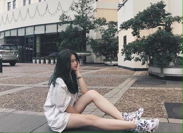 Nhiều người thắc mắc vì sao Linh Ka đang ngồi trên ghế nhà trường nhưng vẫn có thể vô tư nhuộm mọi màu tóc siêu nổi bật.