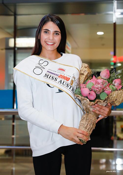 Tân hoa hậu Áo - Daniela Zivkov bày tỏ niềm hào hức khi lần đầu đến Việt Nam. Người đẹp cho biết kể từ khi nhận lời mời, cô đã mong chờ ngày được đặt chân đến đất nước này để khám phá những điều mới mẻ.