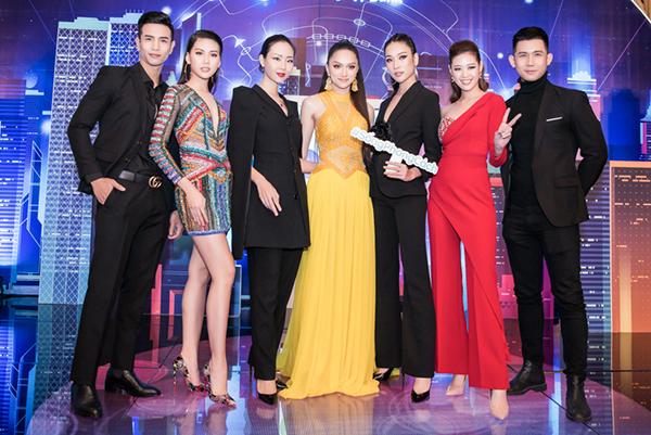 Hương Giang còn gặp lại bộ sậu 5 học trò ưu tú từ cuộc thi Siêu mẫu Việt Nam vừa qua. Sau đêm chung kết, thầy trò mới gặp gỡ lại nhau.