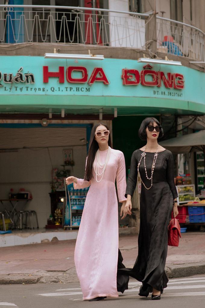 <p> Với phong cách cổ điển, Xuân Lan và Ngọc Trân tái hiện hình ảnh những thiếu nữ Sài Gòn xưa.Hai cô trò thu hút sự chú ý của người qua đường với màn trình diễn hệt như đang ở sàn catwalk.</p>