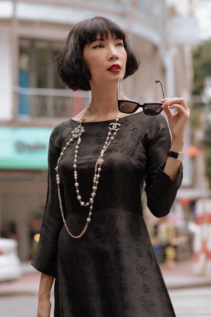 <p> Trong bộ áo dài màu đen, Xuân Lan thể hiện được nét riêng với phong thái đầy tự tin.</p>