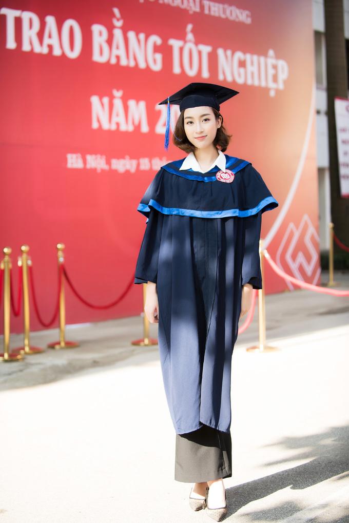 <p> Sáng 15/9, Mỹ Linh cùng các bạn sinh viên làm lễ nhận bằng tốt nghiệp tại ĐH Ngoại thương, Hà Nôi. Cô chính thức kết thúc quãng đời sinh viên trước một ngày hết nhiệm kỳ Hoa hậu. Tối 16/9, Mỹ Linh sẽ trao lại vương miện cho người kế nhiệm tại đêm chung kết Hoa hậu Việt Nam 2018.</p>