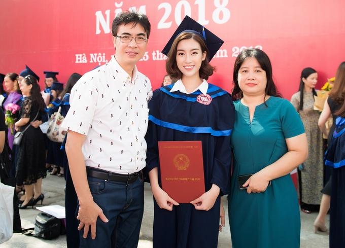<p> Chung vui cùng cô trong buổi nhận bằng tốt nghiệp có bố mẹ.</p>