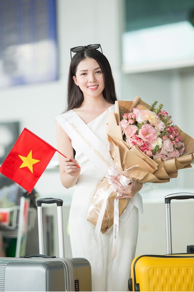 <p> Người đẹp xuất hiện ở sân bay với vẻ rạng ngời. Nụ cười tươi tắn của Hoa khôi Cần Thơ thu hút sự chú ý của nhiều người. Cô có chút lo lắng trước chuyến đi vì thủ đô Manila đang chịu ảnh hưởng của cơn bão Mangkhut.</p>