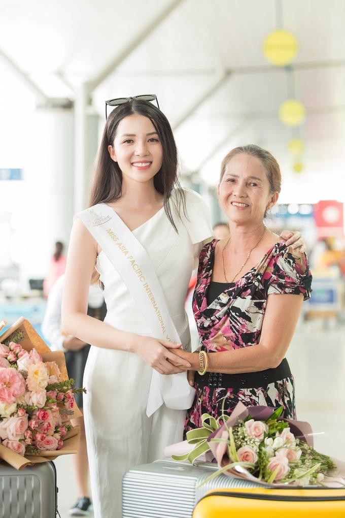 <p> Mẹ Thuý Vi có mặt để tiễn con gái lên đường. Bà tỏ ra khá xúc động, dặn dò con gái cần chăm lo sức khỏe để tham gia tốt các hoạt động của cuộc thi.</p>