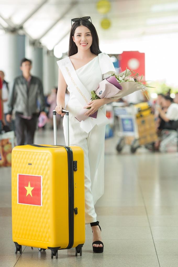 <p> Thúy Vi lỉnh kỉnh với nhiều kiện hành lý khi làm thủ tục. Cô tiết lộ mang 145kg hành lý gồm trang phục và những món quà nhỏ để gửi tặng bạn bè quốc tế trong chuyến đem chuông đi đánh xứ người.</p>