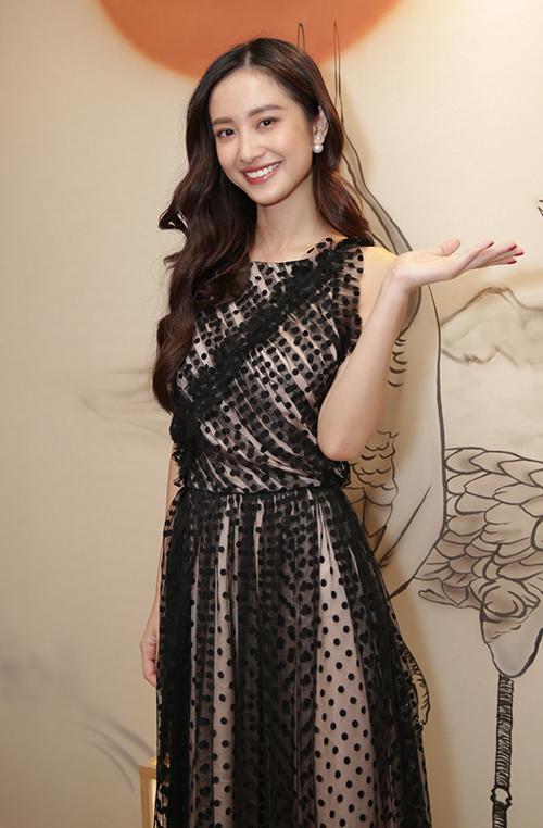 Trong khi đó, Jun Vũ có phần kín đáo hơn khi diện đầm ren tông trắng đen. Trang phụ chất liệu mềm mại phù hợp với hình tượng như ngọc nữ của nữ diễn viên 9x.