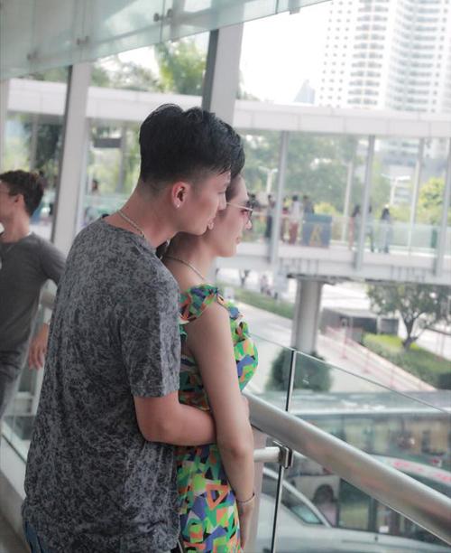 Lâm Khánh Chi được ông xã tình tứ ôm từ phía sau trong chuyến du lịch Thái Lan.