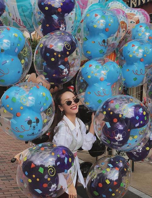 Yến Trang hóa công chúa bong bóng trên đường phố Hong Kong.
