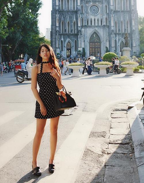 Kiều Trinh khoe dáng như búp bê giữa đường phố Hà Nội ngày vào thu.