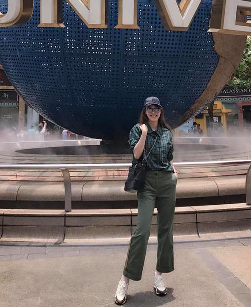 Quế Vân liên tục vi vu khắp nơi. Mới trở về từ Mỹ, người đẹp lại sang Singapore du lịch.