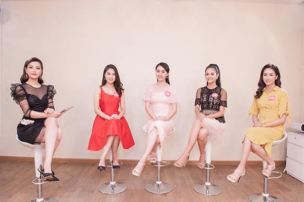 Các thí sinh cùng MC Diễm Trang trong vòng thi Người đẹp Truyền thông.