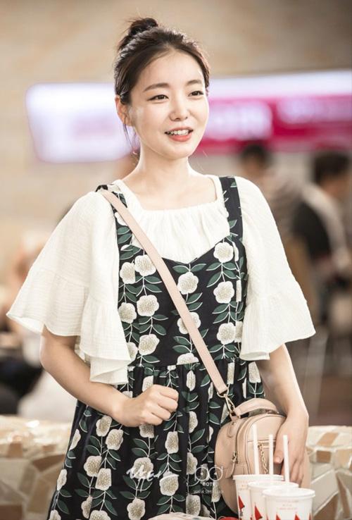 Đây cũng là một bộ trang phục rất đáng yêu của Moon Ji Jin trong Chuyện tình bác sĩ (Doctors), cực kỳ phù hợp cho buổi hẹn xem phim ấm áp của bạn.