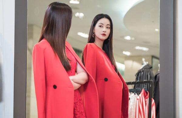 Moo Ga Young đã được công nhận về khả năng diễn xuất trong Quan hệ nguy hiểm (Tempted) với vai tiểu thư như giàu hợm hĩnh Choi Soo Jin, nhưng cũng không thể không thể khong nhắc đến phong cách thời trang cực ấn tượng của cô, đặc biệt là bộ váy voan xòe với những bông hoa rải xuống như một nàng công chúa này.