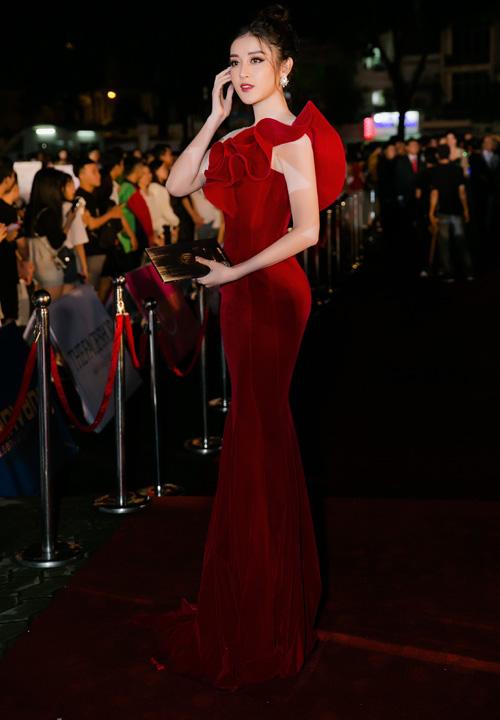 Á hậu Huyền My nổi bật trong bộ váy nhung đỏ khoe làn da trắng.
