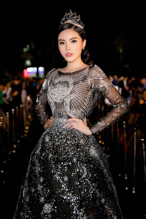 Chiếc váy đen tuyền đính đá lấp lánh như ánh sao đêm giúp cô khoe vẻ đẹp kiêu sa.