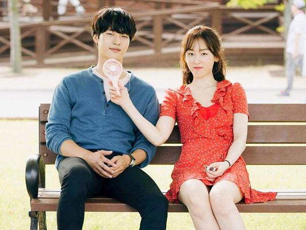 Với buổi hẹn bình thường theo kiểu bạn bè, một chiếc váy đáng yêu là sự lựa chọn hoàn hảo. Bạn có thể mặc váy hoa nữ tính, tông màu pastel hay hoạ tiết đơn giản cho phong cách dễ thương. Cặp đôi ngọt ngào trong Nhiệt độ tình yêu (Degree Of Love) đã tận hưởng một ngày thư giãn vui vẻ ở ngoại ô, và Lee Hyun Soo (Seo Hyun Jin) trông thật thu hút trong chiếc váy chấm bi đỏ với điểm nhấn là phần áo bèo nhúm.