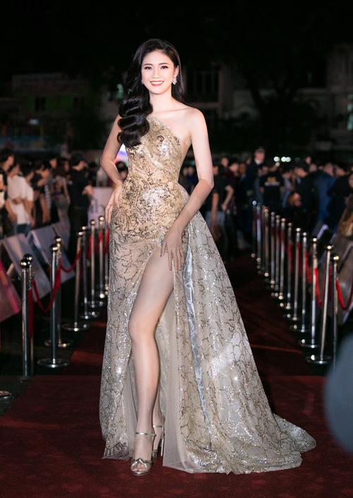 Những chiếc váy xẻ cao tôn lên đôi chân dài là trang phục yêu thích của Á hậu Thanh Tú.