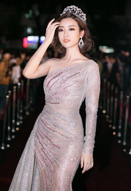 Hoa hậu Mỹ Linh diện đầm bó sát lệch vai tôn lên thân hình mảnh mai. Người đẹp không giấu được sự hồi hộp trước khi trao lại vương miện cho người kế nhiệm.