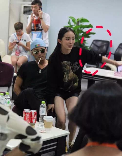 Dương Mịch mặc quần ngắn bó sát ngồi luôn lên tay vịn ghế của Tạ Đình Phong trong khi phòng vẫn còn ghế trống.