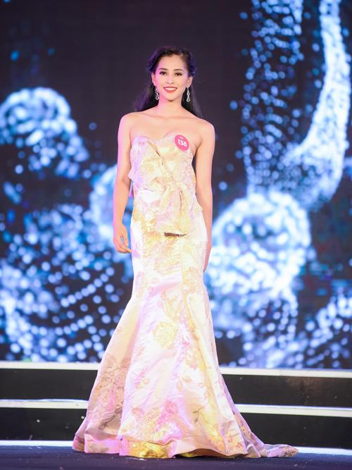 Là gương mặt mới toanh trong các cuộc thi sắc đẹp nhưng Trần Tiểu Vy giữ được thần thái rạng rỡ, lối trình diễn tự tin xuyên suốt các phần thi không kém những thí sinh đàn chị.