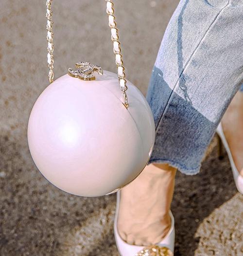 Chiếc túi dây xích với hình cầu độc đáo, bề mặt túi sáng bóng, lấp lánh dưới ánh nắng. Trông nhỏ gọn thế thôi nhưng món đồ cũng tiêu tốn của Minh Hằng hơn 200 triệu đồng.