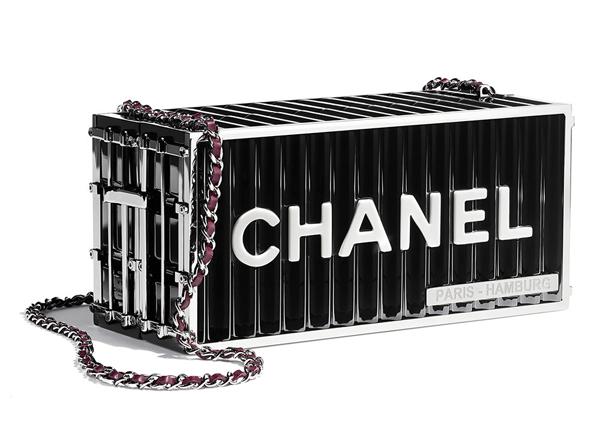 Chiếc túi xách lấy cảm hứng từ thùng container của người đẹp dù chẳng đựng đồ đạc được bao nhiêu nhưng cũng có giá lên tới 400 triệu đồng.