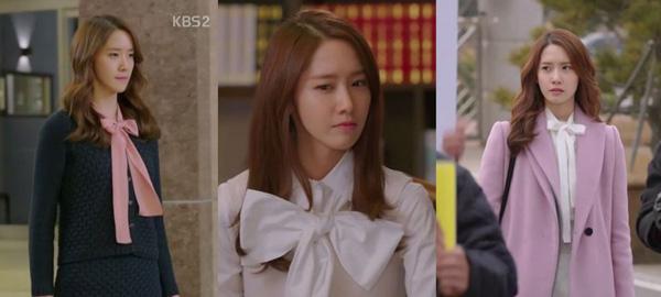 Nam Da Jung (YoonA) trong Thủ Tướng và Tôi (The Minister & I) luôn sẵn sàng cho những buổi họp ngoại giao trong trang phục có thắt nơ, trông vừa tươi mới dễ thương lại không kém phần lịch sự.