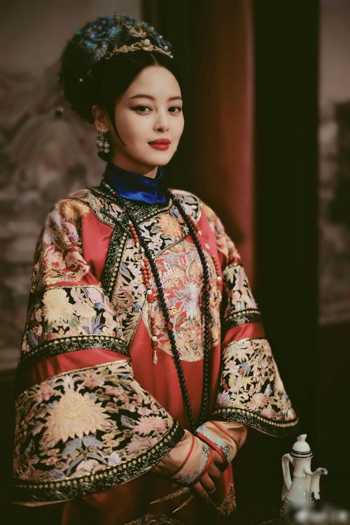 Tân Chỉ Lôi đóng vai Gia quý phi trong phim.