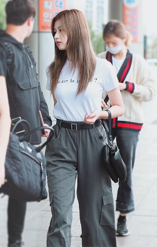 Sana luôn biến hóa phong cách khi ra sân bay. Cô nàng bất ngờ xuất hiện với chiếc quần hộp ống rộng cổ điển, đầy nam tính.