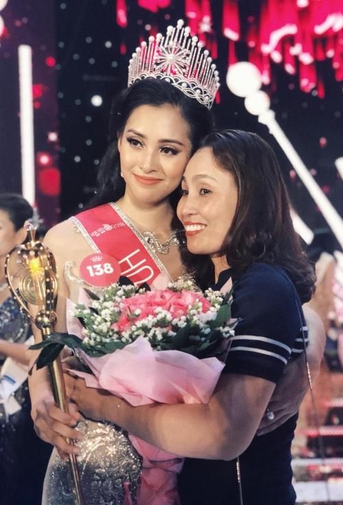 Tiểu Vy hạnh phúc bên mẹ sau đăng quang. Ảnh:
