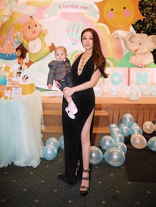 Huyền Baby diện đồ táo bạo trong tiệc mừng sinh nhật con trai út tròn 1 tuổi.