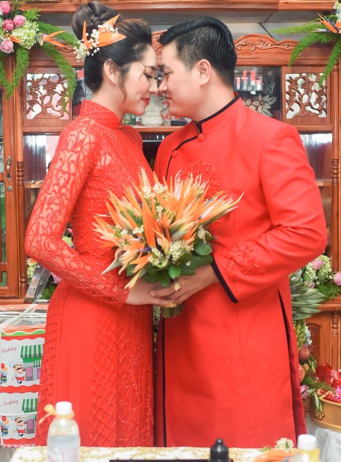<p> Cô và phu quân cùng rực đỏ trong tà áo dài truyền thống cùng với những cành hoa thiên điểu.</p>