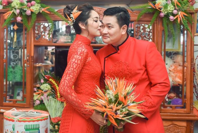 <p> Thu Thảo hôn má chồng ngọt ngào.</p>