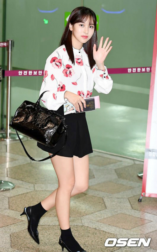 Mina khoe nét đẹp nhẹ nhàng, nữ tính. Đôi chân của thành viên Twice được khen ngợi là gợi cảm, không gầy quá đà.
