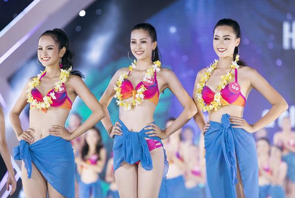 Trước đó, trong phần thi Người đẹp Biển, Tiểu Vy dù bị vấp ngã trên sân khấu lúc trình diễn nhưng vẫn được lựa chọn vào Top 3.