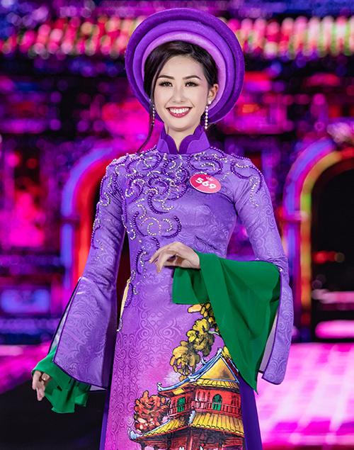 Phạm Ngọc Linh sinh năm 1995, là cựu sinh viên ngành Tiếng Nhật thương mại của Đại học Ngoại thương. Ngoài ra, cô còn nói thông thạo tiếng Anh. Hiện cô là tiếp viên hàng không của Vietnam Airlines.
