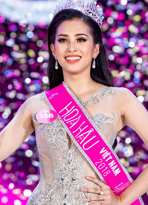 Nữ sinh 18 tuổi Trần Tiểu Vy vừa đăng quang ngôi vị Hoa hậu Việt Nam 2018. Trong đêm chung kết, khác với nhiều thí sinh thường chọn cách makeup rực rỡ, tân Hoa hậu lại áp dụng lối trang điểm kiểu Tây, tôn lên nhan sắc hiện đại với những đường nét sắc sảo.