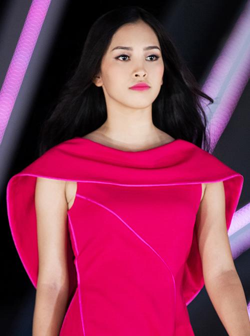 Màu son hồng cũng khiến đường nét trên gương mặt Tiểu Vy kém nổi bật. Cô có phần già dặn và hơi dữ. Nhiều người cho rằng Hoa hậu 18 tuổi trang điểm càng nhạt thì càng xinh đẹp.