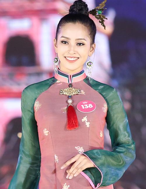 Tông cam, hồng đất vốn rất kén gương mặt nhưng lại cực kỳ hợp với đường nét của Tiểu Vy. Dù không trang điểm theo kiểu mặt trắng, môi đỏ theo cách được các cô gái Việt yêu thích nhưng tân Hoa hậu vẫn rất nổi bật.