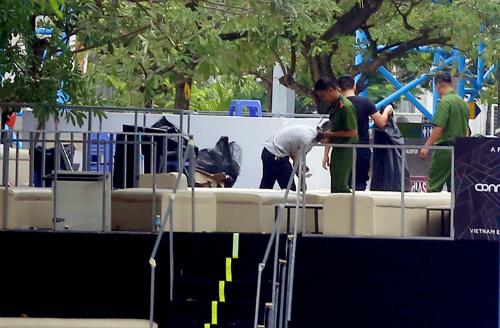 Sáng 17/9, cảnh sát khám nghiệm các khu vực sân khấu trong công viên nước Hồ Tây. Ảnh. Bá Đô