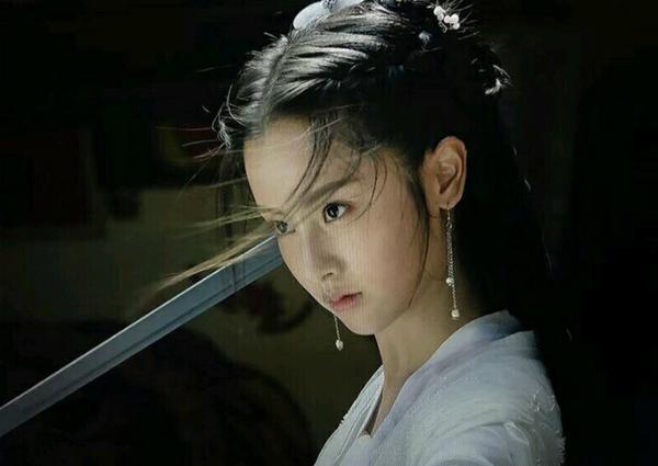 Trong bức ảnh này, cô Long phiên bản mới có nét khác biệt hơn, ánh mắt ác hơn.