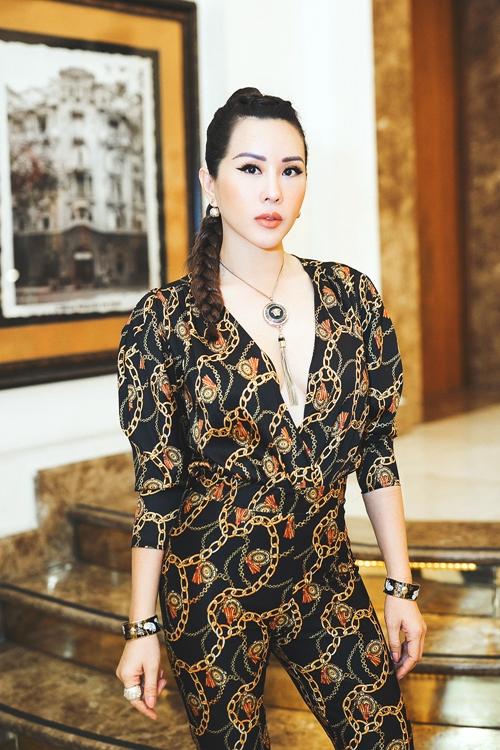 Hoa hậu Thu Hoài diện áo khoét ngực sâu khoe vẻ gợi cảm.
