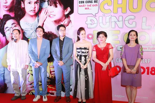 Đoàn làm phim cùng xuất hiện trên thảm đỏ.