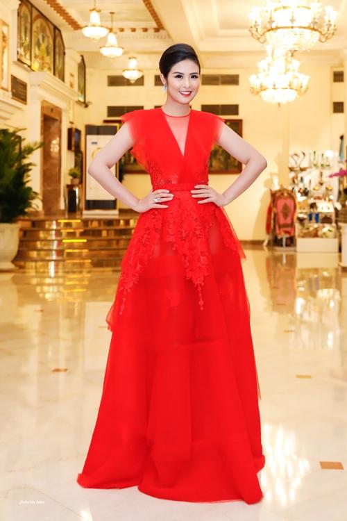 Tham dự sự kiện còn có sự góp mặt của Hoa hậu Đặng Ngọc Hân. Cô diện bộ cánh voan đỏ rực nổi bật.